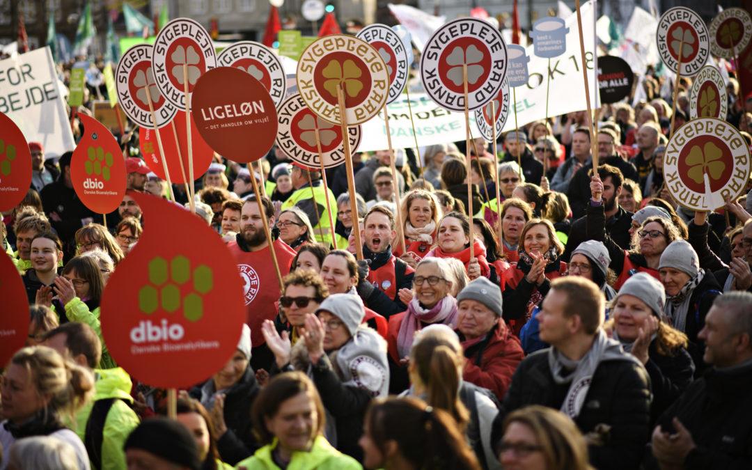 De offentligt ansatte står skulder ved skulder